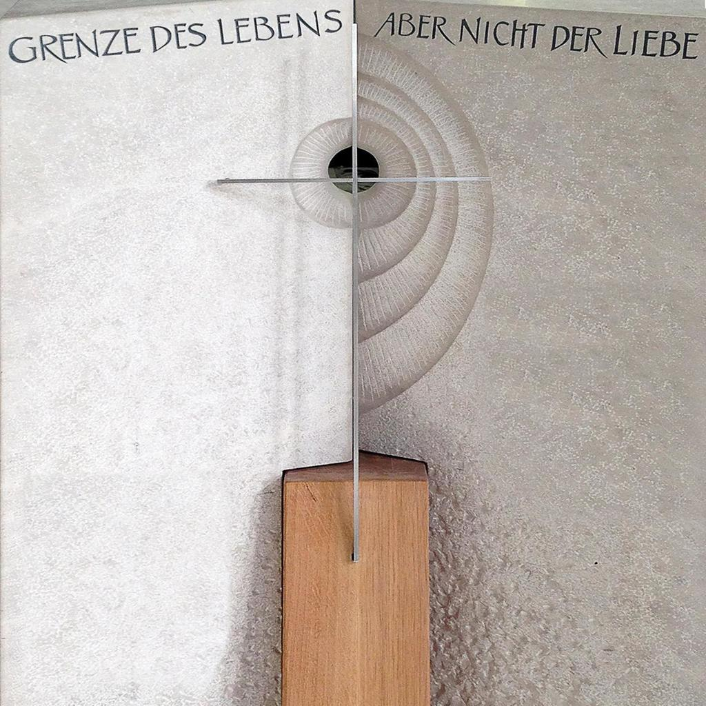 Moderner Grabstein Serres Mit Holz Serafinumde