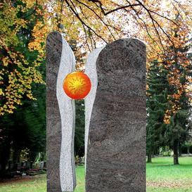 Zweiteiliger Granit Grabstein mit Sonne - Signum