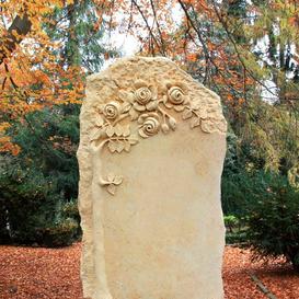 Florales Naturstein Grabmal vom Steinmetz - Claranda