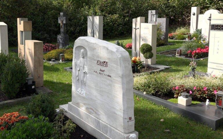 Liegesteine  Stelen  Grabplatten & Co. – Die Grabstein Arten im Überblick