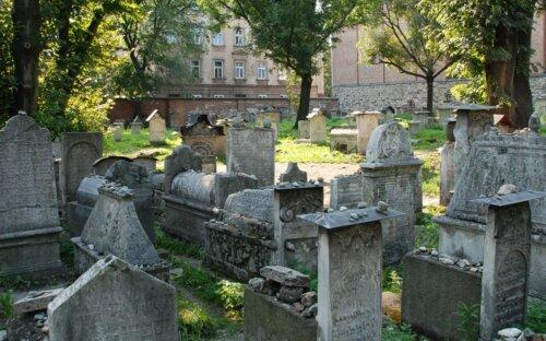 Warum ist es im Judentum Sitte  einen Stein auf den Grabstein zu legen?