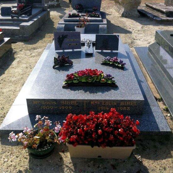 Friedhofskultur in Frankreich: Grabplatte mit Dekoration © Serafinum.de