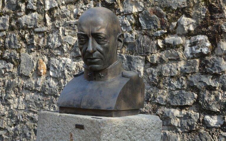 Imposantes Grabmal – Mausoleum des italienischen Schriftstellers Gabriele d'Annunzio