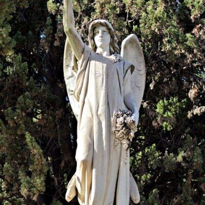 Italienischer Engel mit Blumenkranz und Segnungsgeste