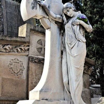 Weiblicher Engel am Grabmal