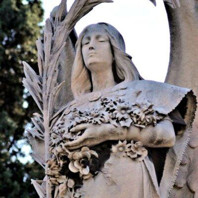 Weiblicher Engel mit Blumen- und Olivenkranz