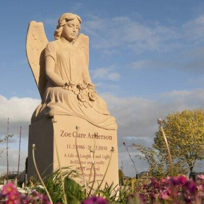 Grabstein Grabengel aus Sandstein: stilvolle Engel-Statue Seduto © Serafinum.de
