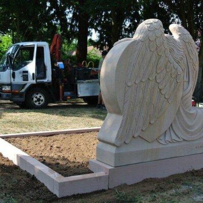 klassisches Grabdenkmal mit Engel wird aufgebaut © Serafinum.de
