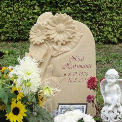 Besondere Grabsteine: Einzelgrab mit Blumen-Motiv © Serafinum.de