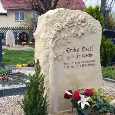 Grabstein mit Rosenbusch aus dem Stein herausgearbeitet © Serafinum.de