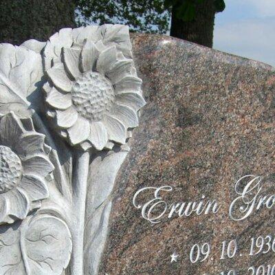 Exklusiver Einzelgrabstein mit Sonnenblumen-Motiv aus dem Stein heraus gearbeitet © Serafinum.de
