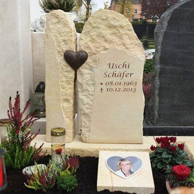 Rustikaler, zweiteiliger Grabstein mit Herz © Serafinum.de
