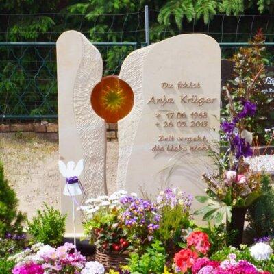 Zweiteiliger Grabstein mit Glas-Einsatz © Serafinum.de
