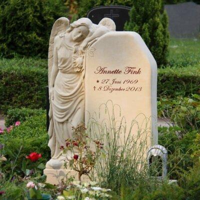 Schlanker Urnengrabstein mit stehendem Engel © Serafinum.de