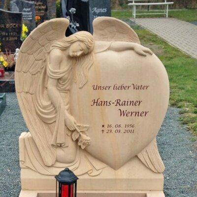 Grabstein aus warmen Naturstein mit Herzform © Serafinum.de