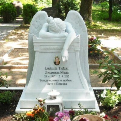 Trauernder Grabengel, der auf einem Grab liegt © Serafinum.de
