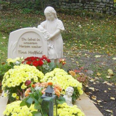 Kindergrab mit Mädchenfigur aus Stein © Serafinum.de