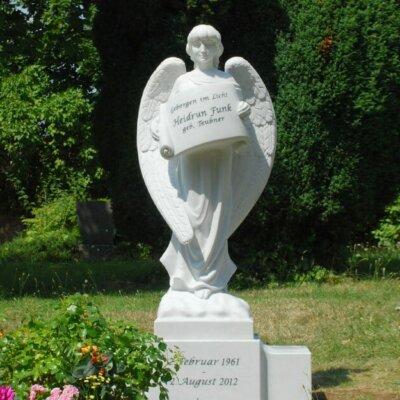Grabengel mit Steinplatte für eine Inschrift © Serafinum.de