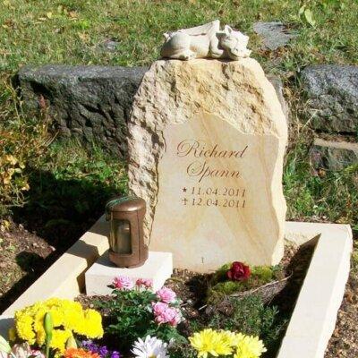 Kindergrabstein mit niedlicher Drachenfigur © Serafinum.de
