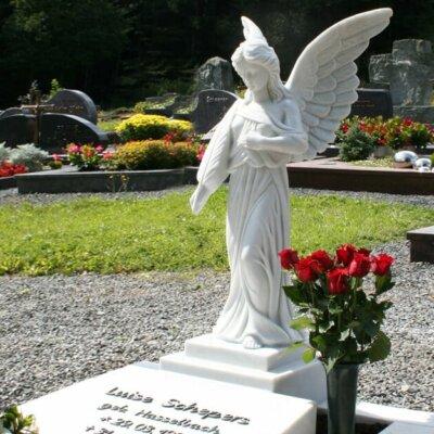 Grabengel und Grabplatte mit Inschrift aus Marmor © Serafinum.de
