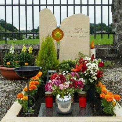 Zweiteiliges Grabdenkmal mit passender Grabeinfassung © Serafinum.de