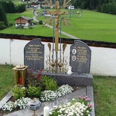 Klassisches Bronzekreuz aus Südtirol © Serafinum.de