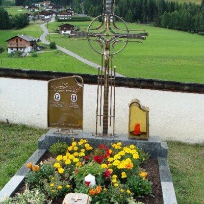 Individuelles Grabkreuz aus Schmiedeeisen in Tirol © Serafinum.de