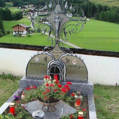 Metallkreuz aus Schmiedeeisen mit Jesus-Figur Wien © Serafinum.de
