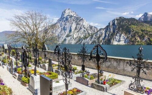 Traditionelle Grabgestaltung in Österreich mit Grabkreuzen