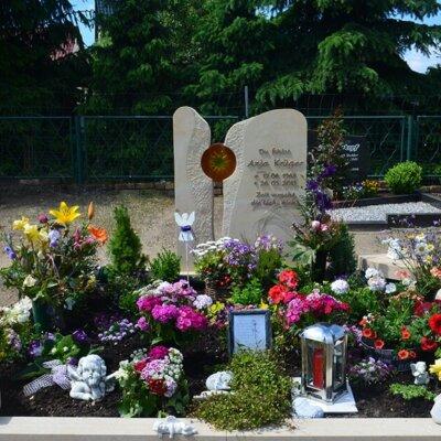 Großes Grabmal mit weiter Einfassung und viel Platz für Blumen und Grabschmuck © Serafinum.de
