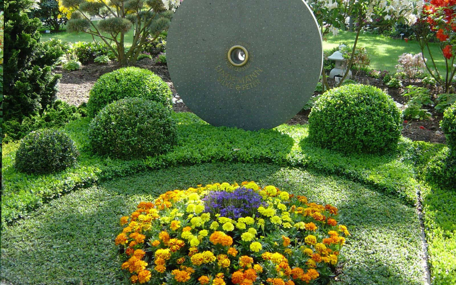 Grabgestaltung Im Herbst - 20 Beispiele & Bilder - Serafinum.de Grabgestaltung Ideen Blumen Pflanzen Deko