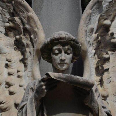 Lesender Engel – Figur aus Kalkstein © Serafinum.de