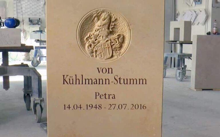 Video: Besonderer Grabstein mit Wappen – Sonderanfertigung auf Kundenwunsch