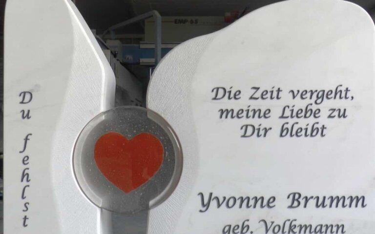 """Video: Zweiteiliger Grabstein mit Herzmotiv """"Lubliana"""" aus Marmor"""