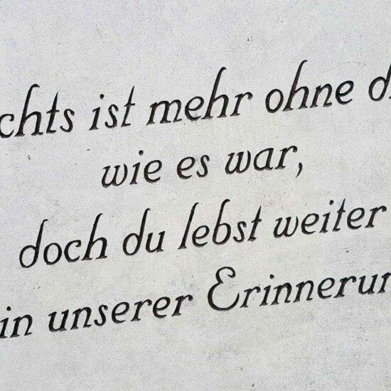 Kurzer Grabsteinspruch zur Erinnerung © Serafinum.de