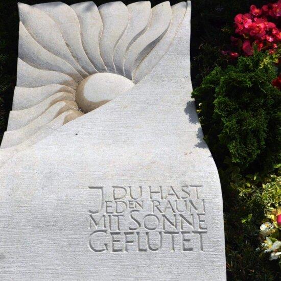Sonnengrabstein mit gefühlvollem Zitat eingraviert © Serafinum.de