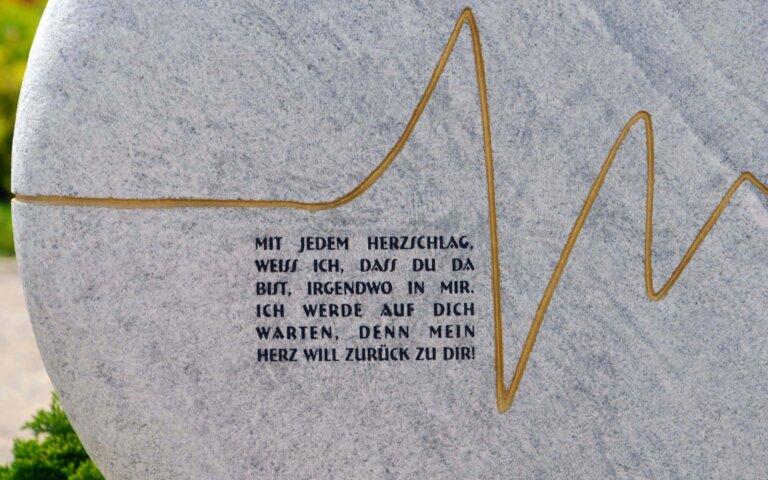 Kurze Grabsteinsprüche und schöne Grabinschriften – 150 Ideen für den Abschiedsgruß