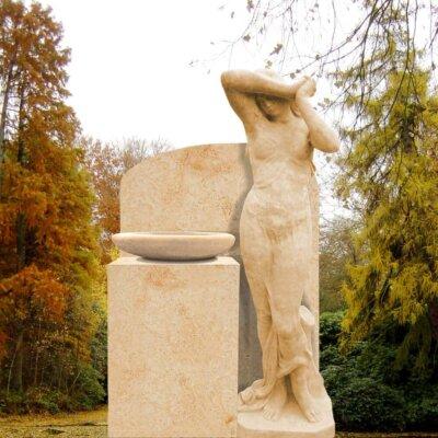 Grabstein mit Grabfigur aus hellem Sandstein © Serafinum.de