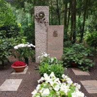Mehrteilige Grabplatten zur Abgrenzung des Grabmals © Serafinum.de