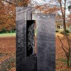 Zweiteiliger  dunkler Grabstein mit Baum-Motiv