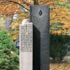 Zweiteiliger Grabstein mit hellen und dunklem Stein