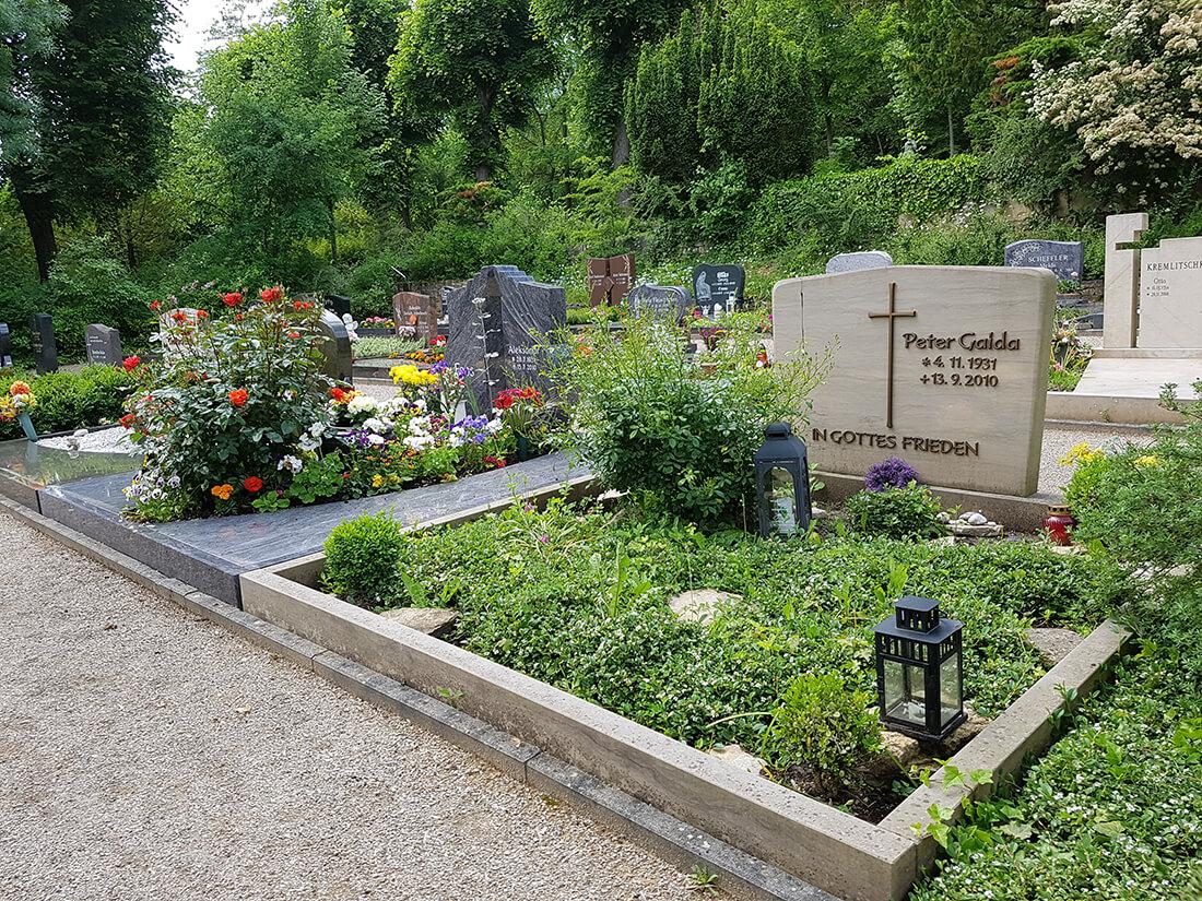 Die Friedhofsordnung sieht vor, dass sich ein Doppelgrab in das Gesamtbild aller Grabbeete einfügen sollte.