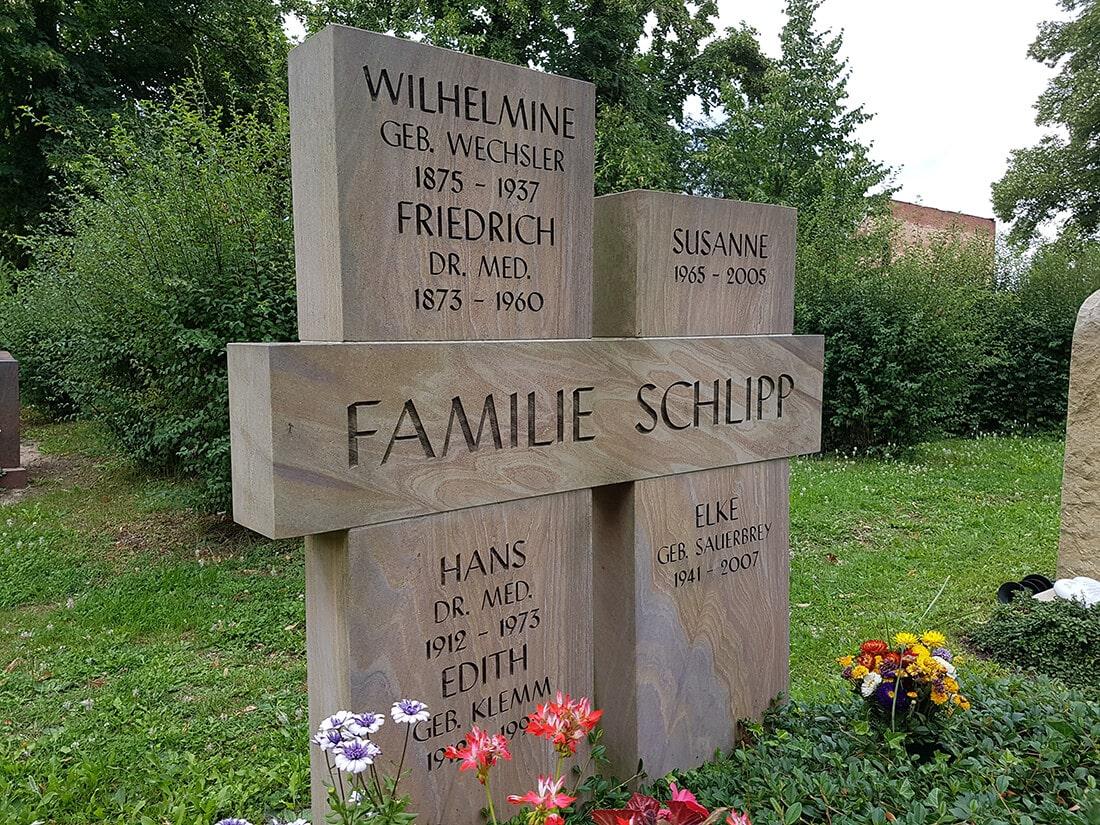 Der Grabstein nimmt auf einem Doppelgrab eine zentrale Rolle ein.