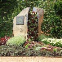 Grabstein bepflanzt