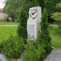 Grabstein mit Figur