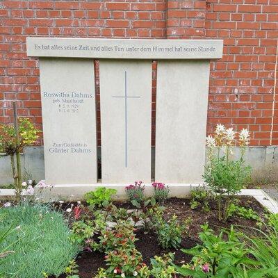 Großer Grabstein dreigeteilt