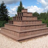großes Urnengrab Pyramide