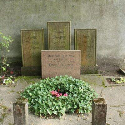 Vier Grabsteine