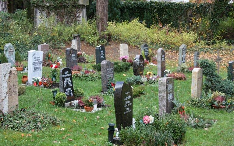 Urnengrabgestaltung – 25 pflegeleichte Mustergräber mit Fotos