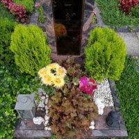 Einzelgrab schön dekoriert